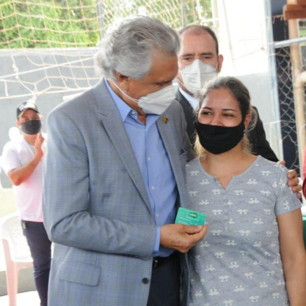 Governador entrega cartão alimentação em escola de Goiânia