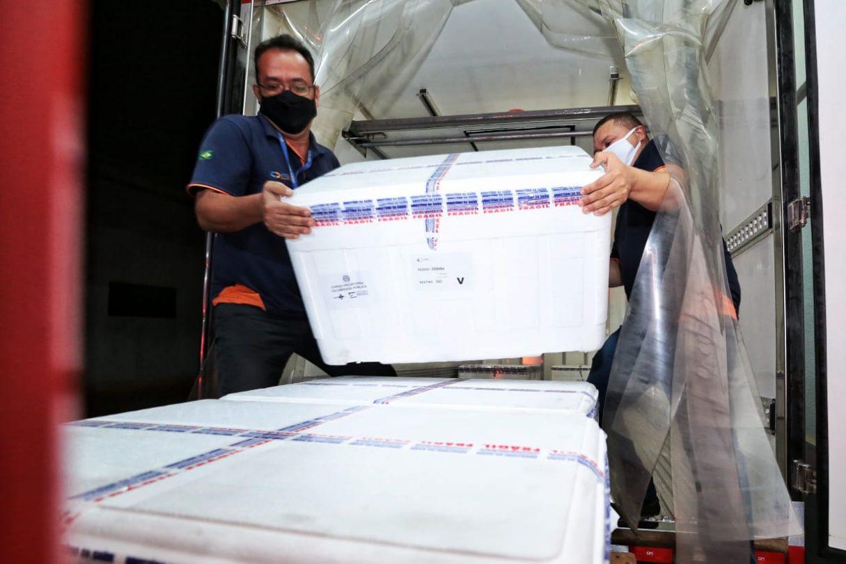 Doses de vacina contra Covid-19 desembarcando em Goiás