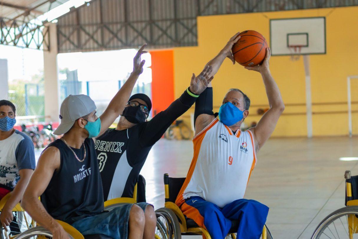 jogo de basquete de cadeiras de rodas