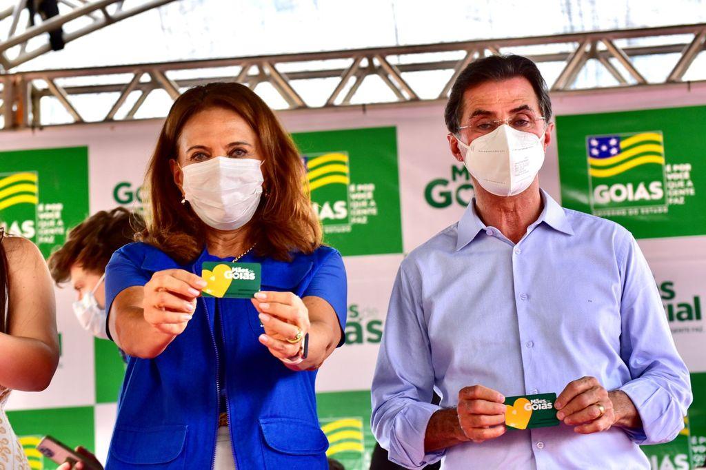 Gracinha Caiado com cartão do programa Mães de Goiás